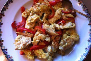 רצועות עוף עם גמבה ועגבניות מיובשות