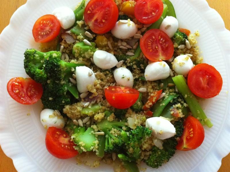 ירקות מוקפצים עם קוסקוס מלא וכדורי מוצרלה